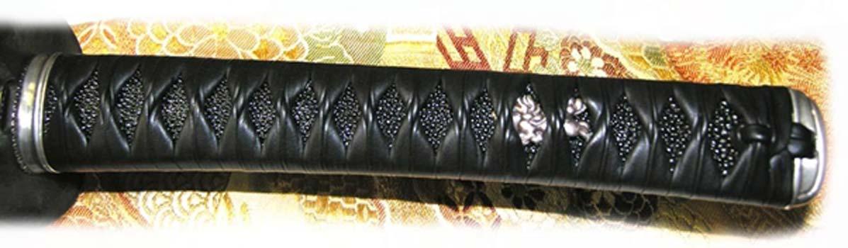 Empuñadura de una katana japonesa recubierta con cuero de piel de raya. La textura rugosa que se observa por debajo del cordaje es la piel de raya. (ullu)