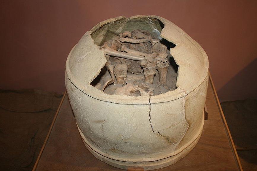 Enterramiento elamita en el interior de una tinaja, museo de Haft Tepe. (CC BY-SA 3.0)