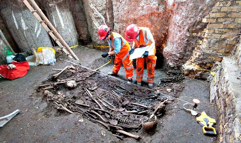 Tres de los esqueletos recuperados correspondientes a víctimas de la Gran Peste de Londres sufrida en el año 1665. (Fotografía: La Gran Época/Museo de los Docklands de Londres).