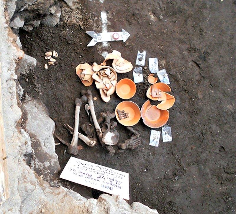 Enterramiento de un individuo adulto junto a una ofrenda compuesta por platos, cazuelas, ollas, caracoles, orejeras y cuentas de piedra verde. (Fotografía: Octavio Vargas INAH)