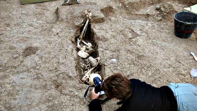 Todos los esqueletos se encontraban enterrados de lado. (Fotografía: ABC/EFE)