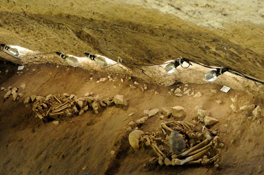 Enterramientos neolíticos hallados en el 2013 en la cueva de Can Sadurní, Begues, Barcelona. (Fotografía: Universitat de Barcelona)