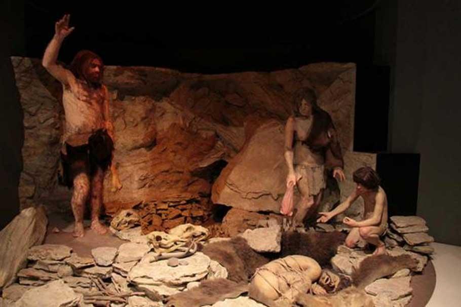 Reconstrucción de Neandertales enterrando a un individuo en una cueva. Museo Nacional de Historia Natural, Washington D. C., Estados Unidos. (Ricardo Giaviti/ CC BY NC SA 2.0)