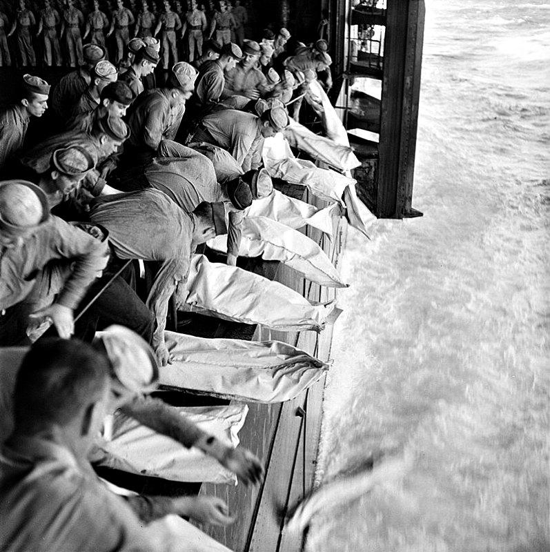 Entierro en el mar de los caídos del USS Intrepid, bombardeado por los japoneses en el transcurso de unas operaciones en Filipinas, 26 de noviembre de 1944. (Public Domain)