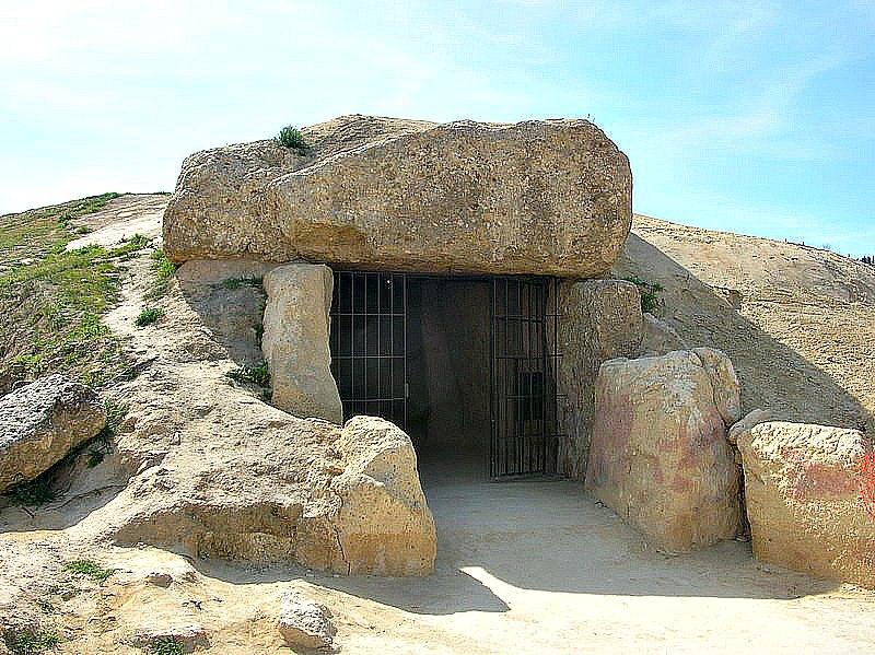 Vista exterior del Dolmen de Menga, construido en torno al año 4700 antes de Cristo. (Grez/GNU)