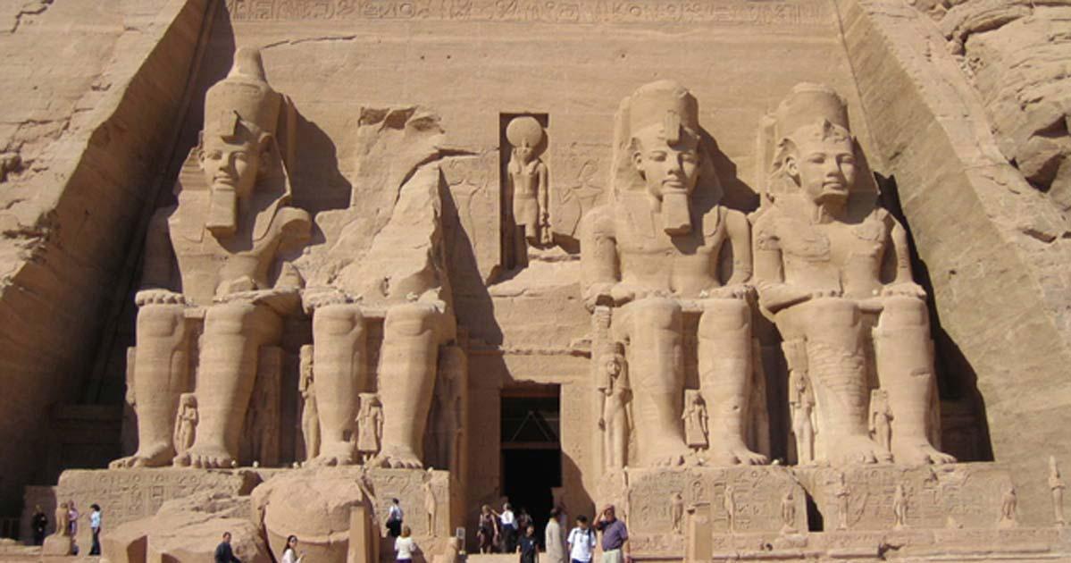 Entrada al Gran Templo de Abu Simbel, con sus cuatro colosales estatuas de Ramsés II (UNESCO)