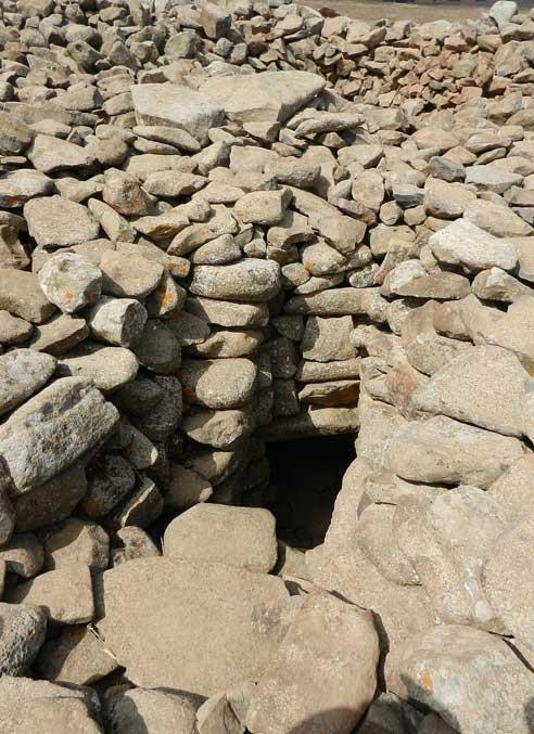 La oscura entrada a la cámara funeraria que se encuentra en el centro de este monumento megalítico. (CC BY-SA 3.0)