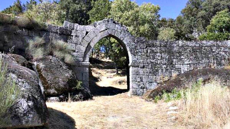 La antigua puerta de entrada a la Vila do Touro. (Fotografía: Historia y Arqueología/EFE)