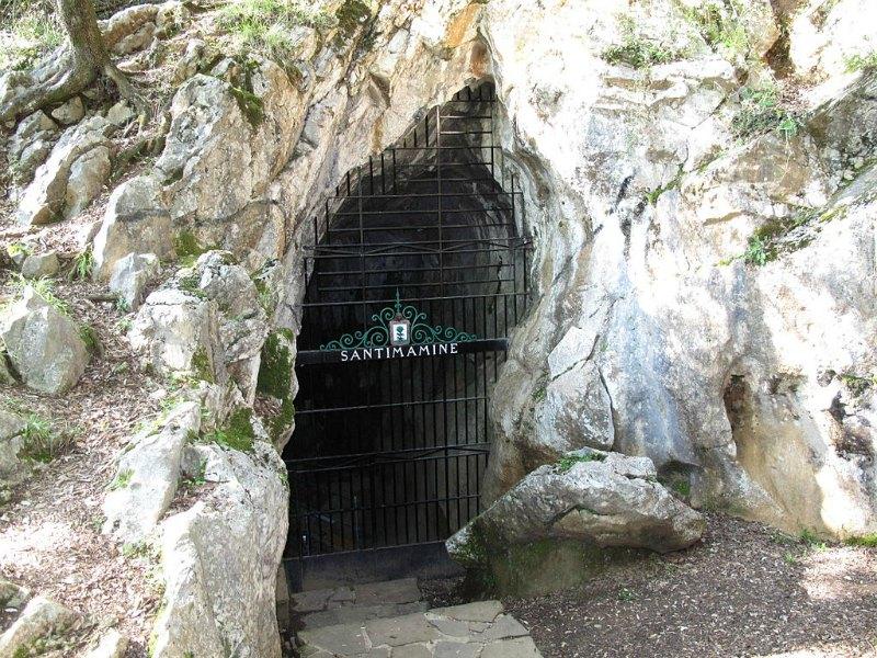 Entrada a la cueva de Santimamiñe. (Simoncio/GNU FREE)