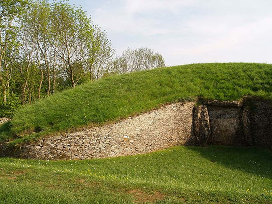 En el extremo norte del monumento de Belas Knap se puede observar su intrincada entrada falsa. (QuagSwag /Dominio público)