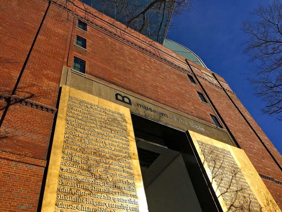 Réplicas de placas de impresión de la Biblia de Gutenberg: entrada principal al Museo de la Biblia de Washington (DC), febrero del 2018. (CC BY 2.0)