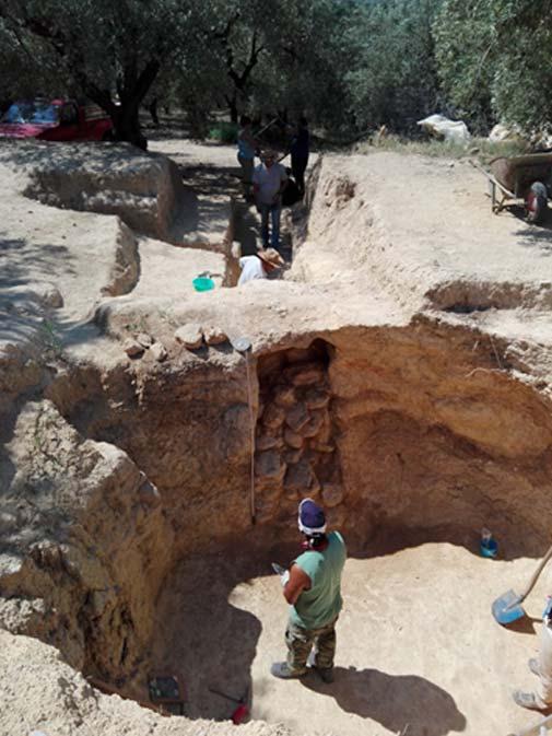 La entrada a la tumba se encontraba bloqueada por numerosas piedras (Ministerio de Cultura griego)
