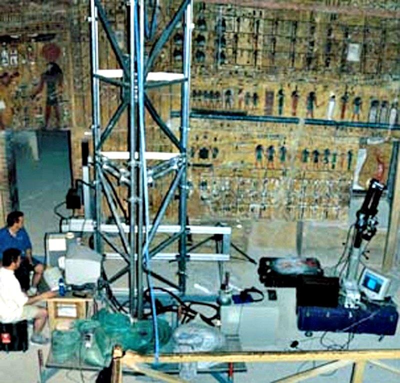 El equipo de Factum Arte trabajando en la tumba de Seti I (KV 17). La tumba se encuentra cerrada al público desde mediados de los años 80. (Fotografía: Factum Arte)