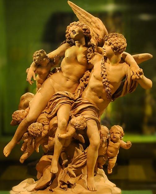 """Cupido y Psique, escultura del siglo XVIII obra del francés Claude Michel; nótense los """"putti"""", querubines o pequeños ángeles alados que estaban inspirados en la icónica y habitual representación de Cupido. (Foto: Barry Green/Wikimedia Commons)"""
