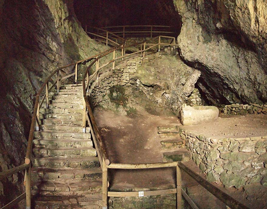 Escaleras que conducen al interior de la cueva del castillo de Predjama. (Tiia Monto/CC BY SA 3.0)