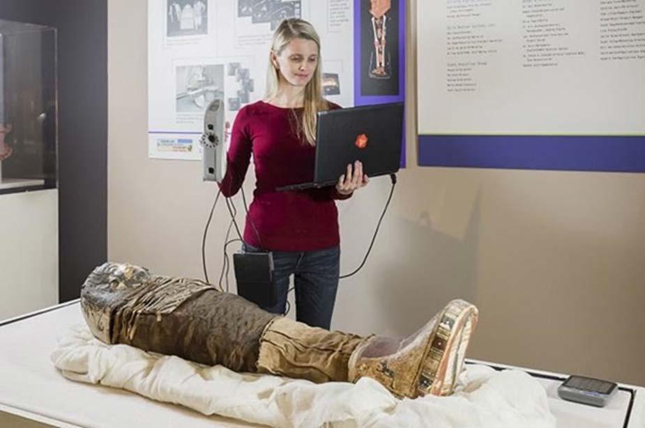 Se utilizó un escáner Artec Eva 3D portátil para escanear la superficie de la momia. (Artec 3D)