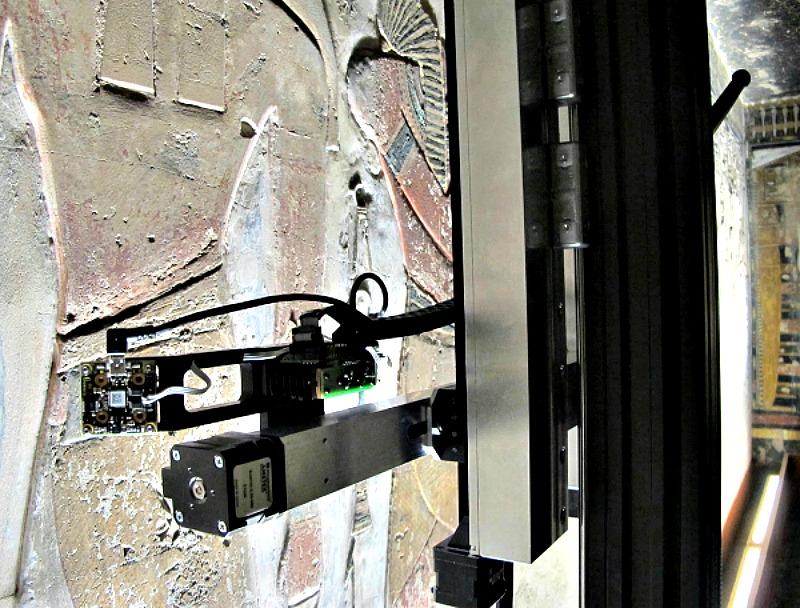El escáner 'Lucila' trabajando sobre una de las paredes de la tumba de Seti I. (Fotografía: FACTUM ARTE/El Mundo)