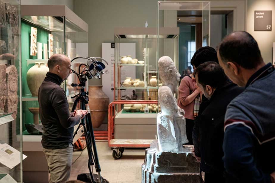 Realización de un escáner de luz estructurada sobre la estatua de Idrimi utilizando un Breuckmann Smart Scan 3D. (Tracey Howe for Making Light)