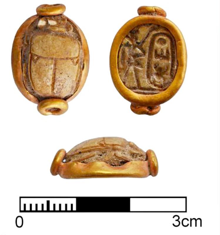 Otro de los recientes hallazgos realizados en la isla de Chipre: escarabajo de piedra montado en oro con el cartucho de Tutmosis III (1479-1425 a. C.). (Fotografía: Peter Fischer/Universidad de Gotemburgo).