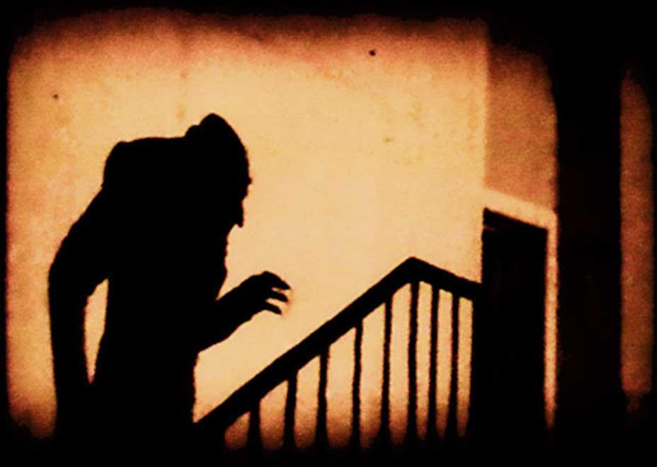 Conocida escena de la película de F. W. Murnau 'Nosferatu' (1922). (Public Domain)