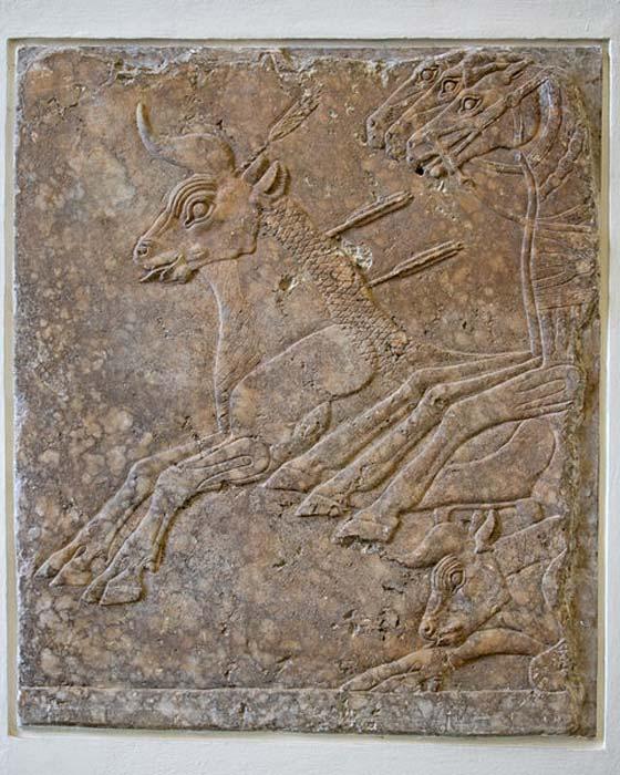 Escena de caza, relieve de alabastro hallado en Nínive, aproximadamente del 695 a. C. Museo de Pérgamo. (Ealdgyth/CC BY 3.0)