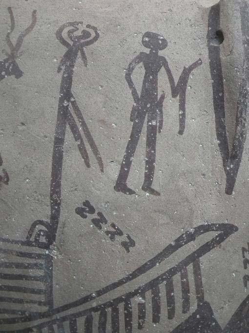 Esta escena ritual pintada sobre una vasija cerámica predinástica representa múltiples motivos en forma de S y a un hombre que empuña un instrumento curvado similar a los dibujos tatuados sobre la piel de la mujer. (Museo Británico)