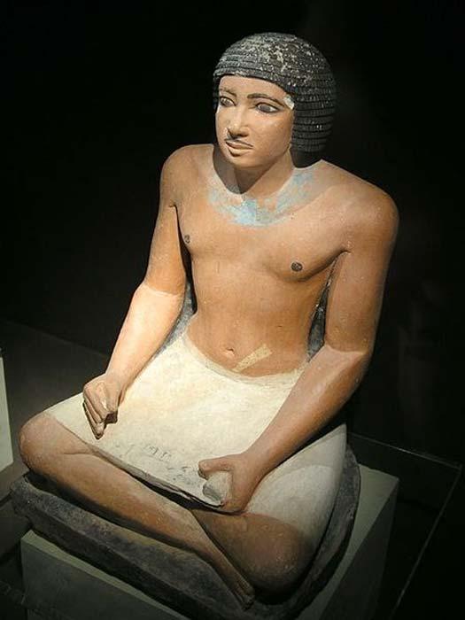 Estatua sedente de un escriba egipcio hallada en el cementerio occidental de Guiza; dinastía V. (Jon Bodsworth)