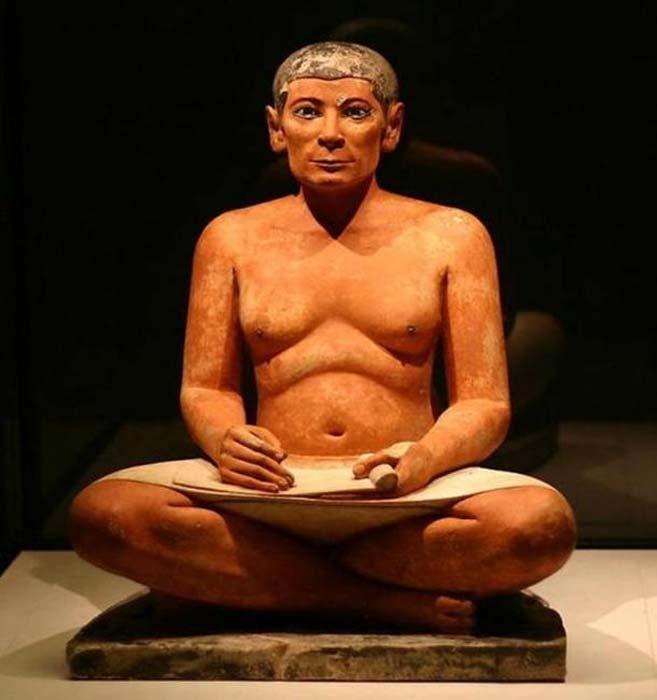 'El escriba sentado', estatua hallada en Saqqara y datada en el período 2600 a. C.–2350 a. C. (Ivo Jansch/CC BY SA 2.0)