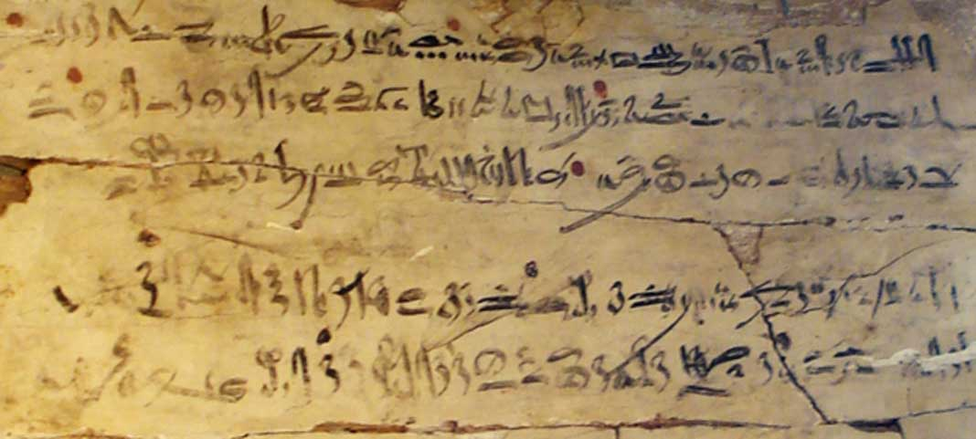Ejemplo de escritura hierática. Tablilla de ejercicios con extracto hierático de 'Las instrucciones de Amenemhat'. Dinastía XVIII, reinado de Amenhotep I, c. 1514-1493 a. C. (CC BY-SA 3.0)