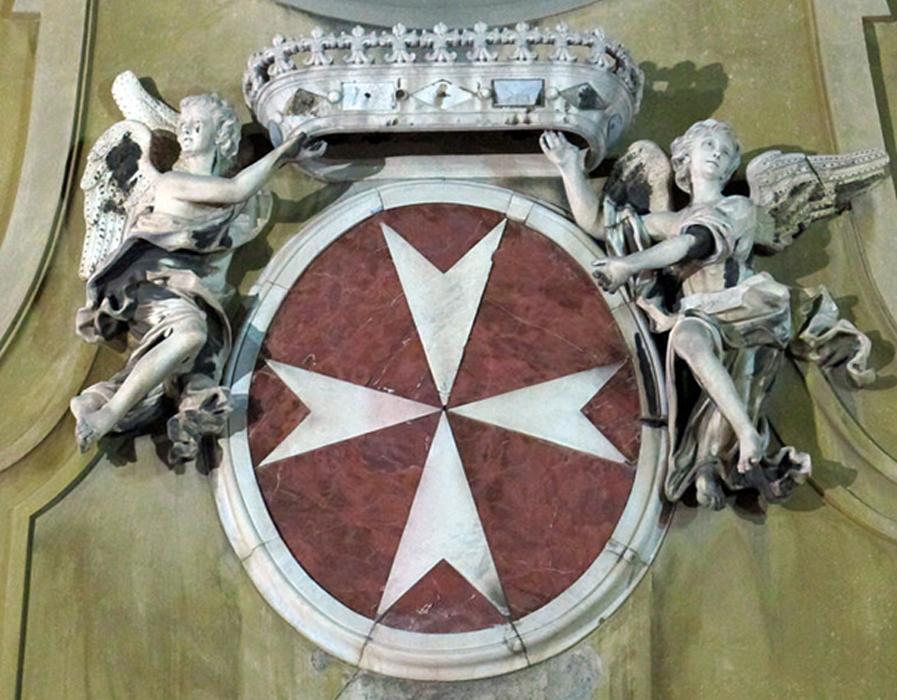 Escudo de armas de los Caballeros de Malta, fachada de la iglesia de San Giovannino dei Cavalieri, Florencia, Italia. (Sailko/CC BY SA 3.0)