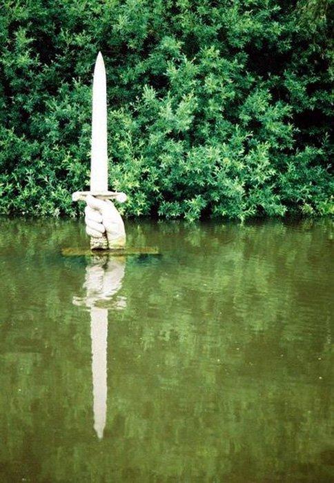 Escultura de la espada entregada al rey Arturo por la Dama del Lago. Lago de los jardines de Kingston Maurward, Dorchester (Inglaterra) (CC BY SA 2.0)