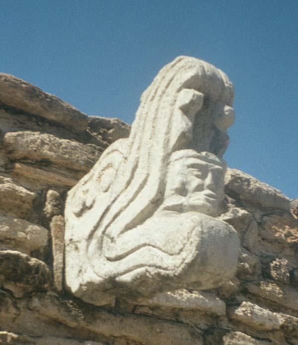 Escultura del juego de pelota del asentamiento postclásico de Mixco Viejo, Guatemala. Esta figura representa a Kukulkán, con sus fauces abiertas, y la figura de un guerrero humano surgiendo de su boca. (Simon Burchell/CC BY-SA 3.0)