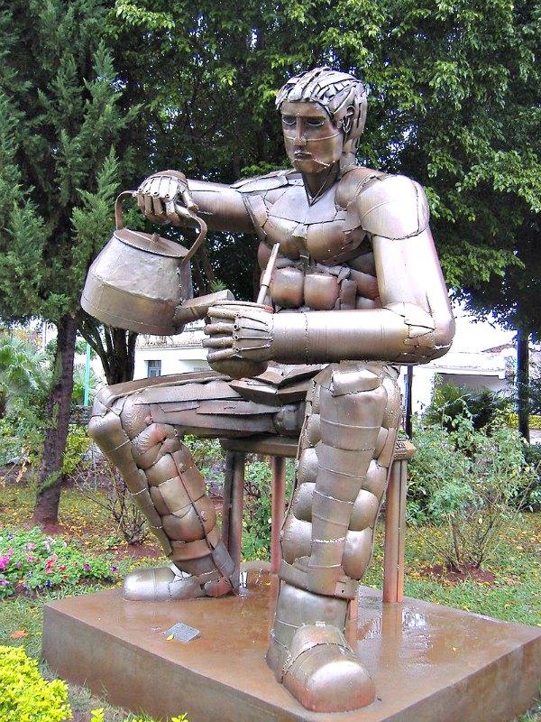 Matero, estatua de un hombre preparando una infusión de yerba mate en Posadas, Misiones, Argentina. La estatua alcanza los tres metros de altura y fue realizada por el artista Gerónimo Rodríguez utilizando piezas de desecho de contenedores de gas natural. (Pablo D. Flores/Public Domain)