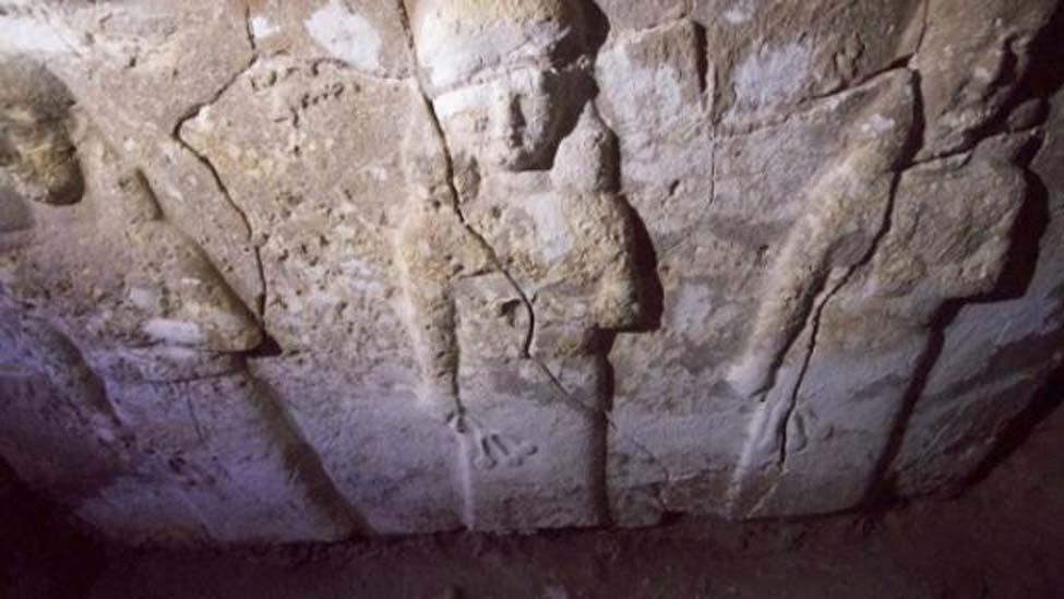 """En el antiguo palacio se encontró una escultura asiria de piedra en la que se observa a una semidiosa derramando el """"agua de la vida"""" para proteger a la humanidad. (Jérémy André)"""