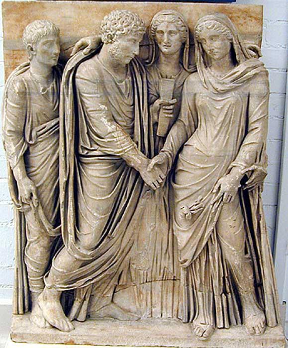 Fragmento del frontal de un sarcófago en el que podemos observar una ceremonia romana de enlace matrimonial. (CC BY SA 4.0) Toda mujer romana debía recibir el contrato y los anillos de bodas como estipulaba la ley matrimonial romana.
