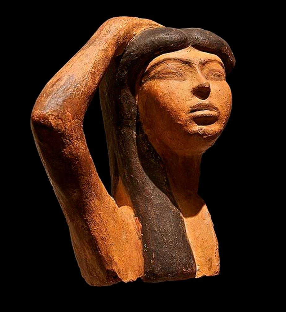 Esta rara muestra de escultura de terracota egipcia representa a Isis llorando la muerte de Osiris. En ella observamos la figura de una mujer levantando el brazo derecho por encima de su cabeza, en un gesto típico de duelo. (Museo del Louvre / Dominio público)