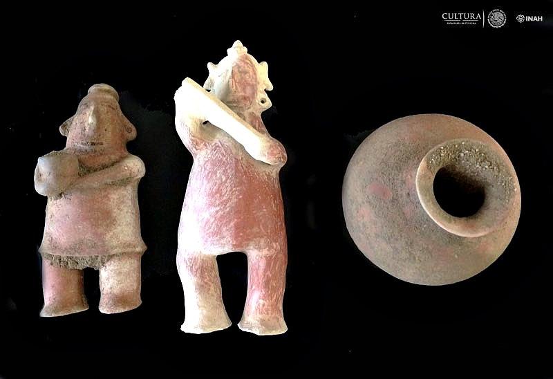 A la izquierda la figura femenina, en el centro aparece el ídolo masculino y a la derecha la olla globular cerámica. (Fotografía: Rafael Platas/INAH)