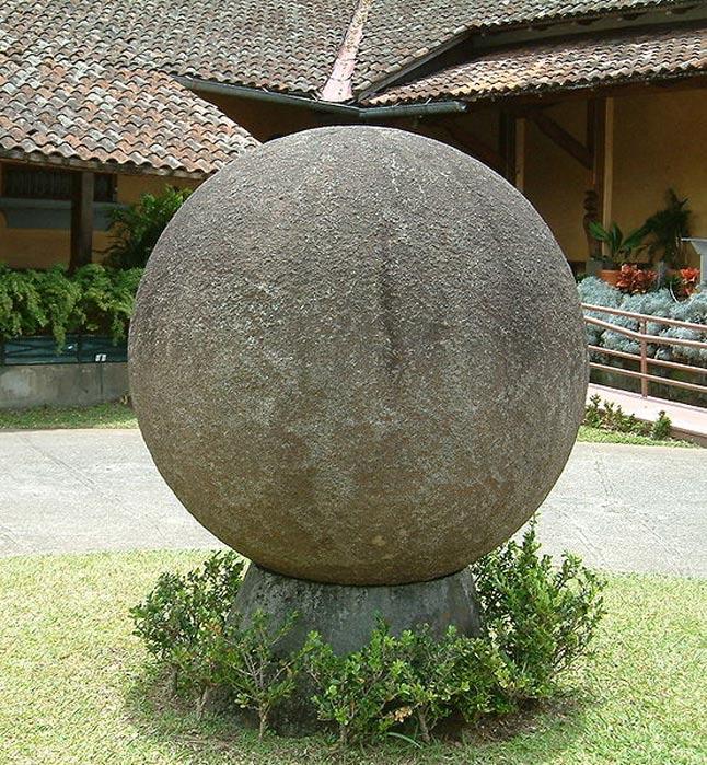 Esta esfera de piedra se encuentra en el jardín de la azotea del Museo Nacional de San José (Costa Rica). Forma parte de la extensa colección de hallazgos precolombinos pertenecientes a este museo. (CC BY SA 3.0)