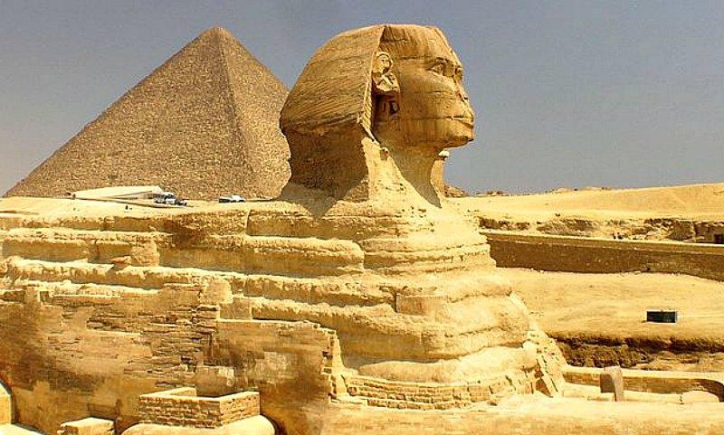 Según el investigador Anthony West, es evidente por los patrones de erosión, que tanto la Esfinge como las grandes pirámides fueron creadas hace unos 10.500 años. (Public Domain)