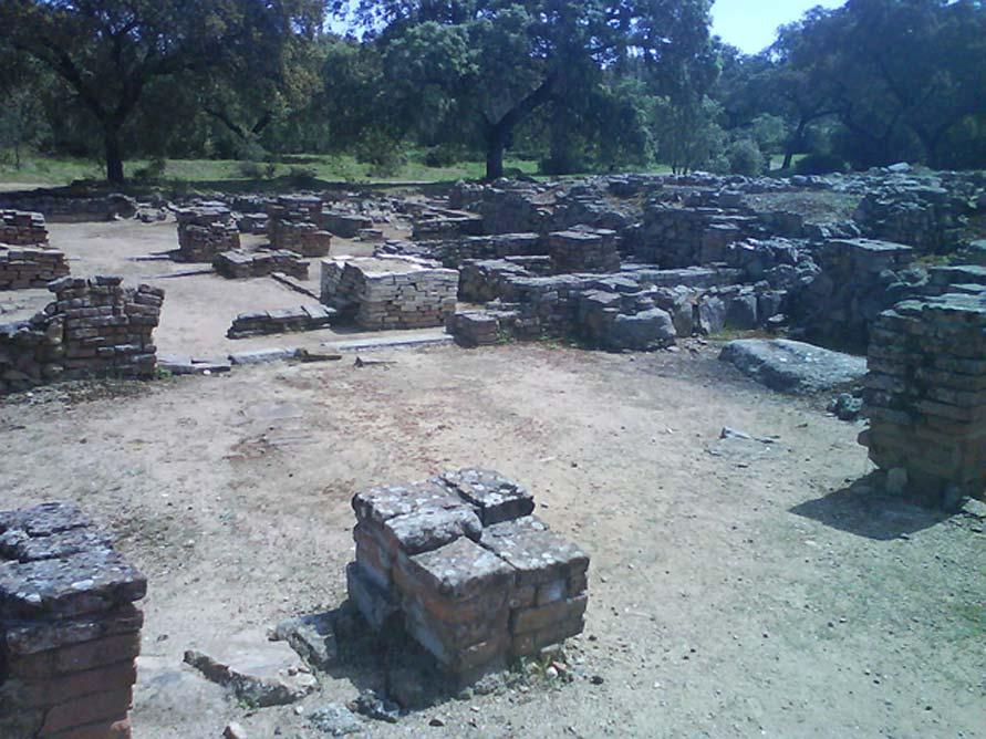 Espacios habitacionales entre las ruinas de la ciudad de Munigua, de cuyas minas los habitantes de la zona extraían hierro y cobre desde hace unos 4.000 años. Estas minas fueron requisadas posteriormente, primero por los cartagineses y más tarde por los romanos. (Wikimedia Commons/Aegon2001)