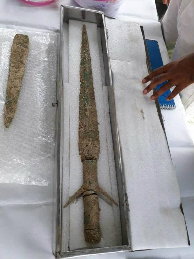 También se encontraron espadas y dagas en algunos de los enterramientos. (Times of India)