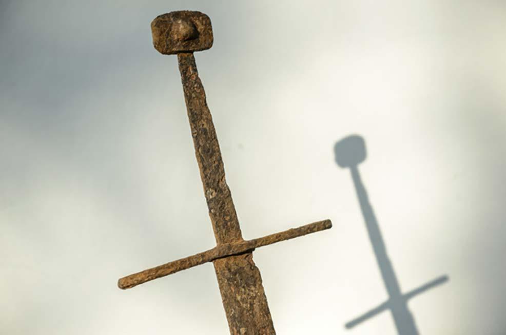 La espada recientemente descubierta en una zona pantanosa de Polonia. Fotografía: PAP/ Wojciech Pacewicz