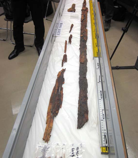 Espada y vaina halladas en Ebino, prefectura de Miyazaki, y cuya longitud original sería de unos 150 centímetros. (Shunsuke Nakamura)