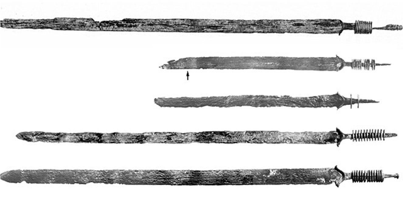 Espadas de finales de la Edad del Hierro halladas en Kessel. Algunas de ellas se encontraban dobladas, lo que indica que probablemente fueran inutilizadas mediante algún tipo de ritual. Fotografía: Universidad Libre de Ámsterdam