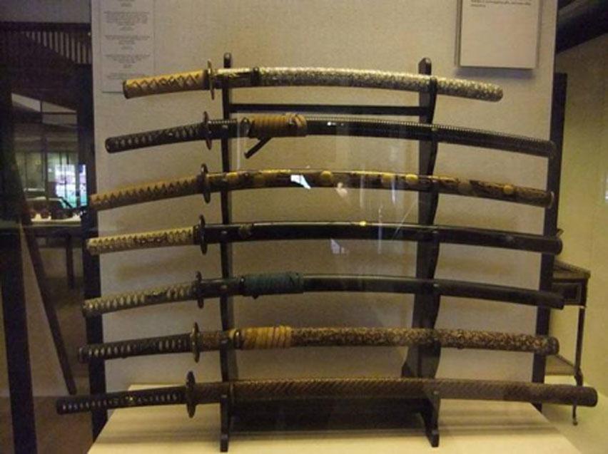 Varias espadas samurái. Fotografía tomada en el Victoria and Albert Museum de Londres. (Dominio público)