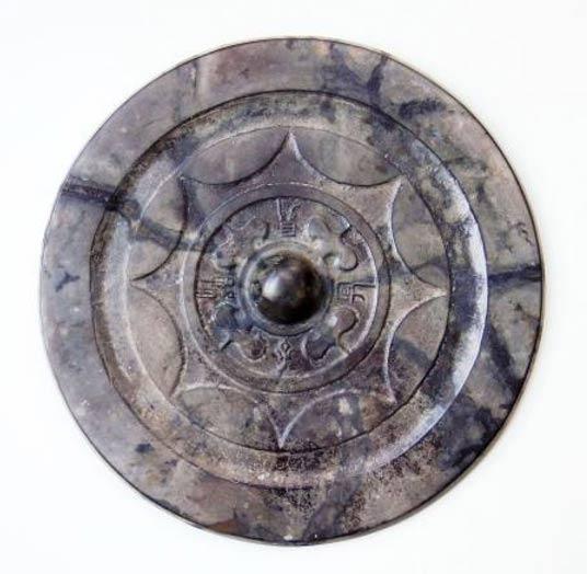 Este espejo de bronce fabricado en China fue descubierto en un yacimiento arqueológico de Fukuoka, Japón. (Tokyo-np)