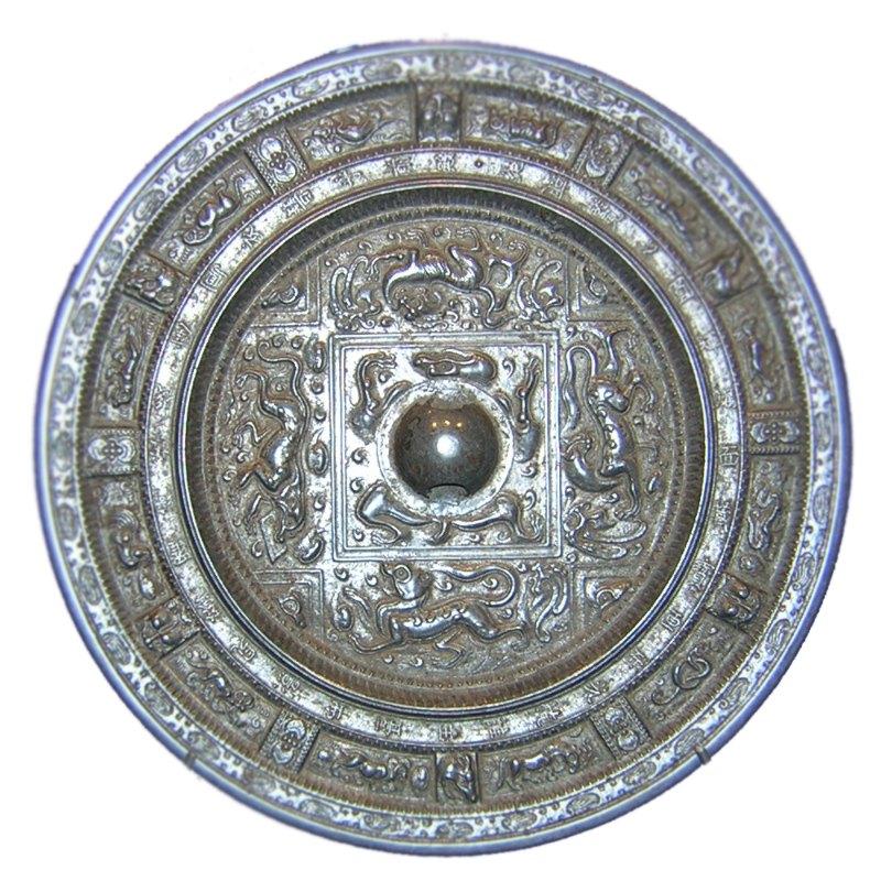 Espejo con las doce divisiones del Zodiaco chino. Dinastía Sui (581 - 618 d. C.). Bronce. Propiedad del Museo Guimet de París. La leyenda dice: Este espejo refleja fielmente las almas. Su disco de luz ilumina los rostros. (Public Domain)