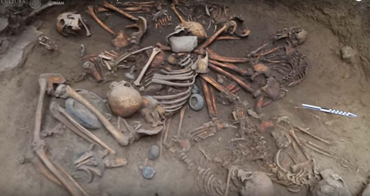 Los cuerpos fueron dispuestos en una espiral con los brazos entrelazados. (INAH / Captura de pantalla de Youtube)