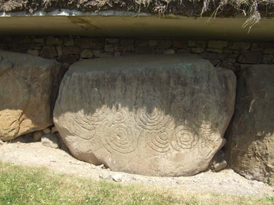 Piedra tallada megalítica de Knowth con un conjunto de marcas espirales incisas. (John M/CC BY SA 2.0)