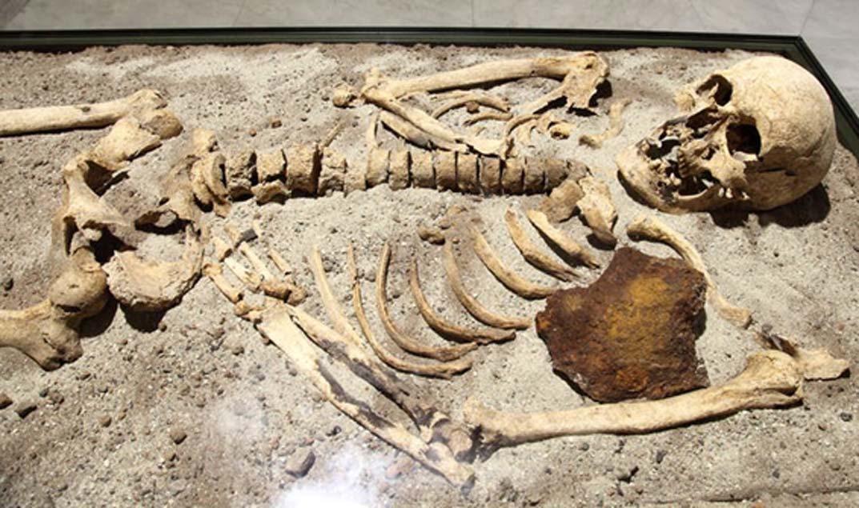 Este esqueleto de hace 800 años descubierto en Bulgaria fue apuñalado en el pecho con una barra de hierro. Bin im Garten, CC BY-SA